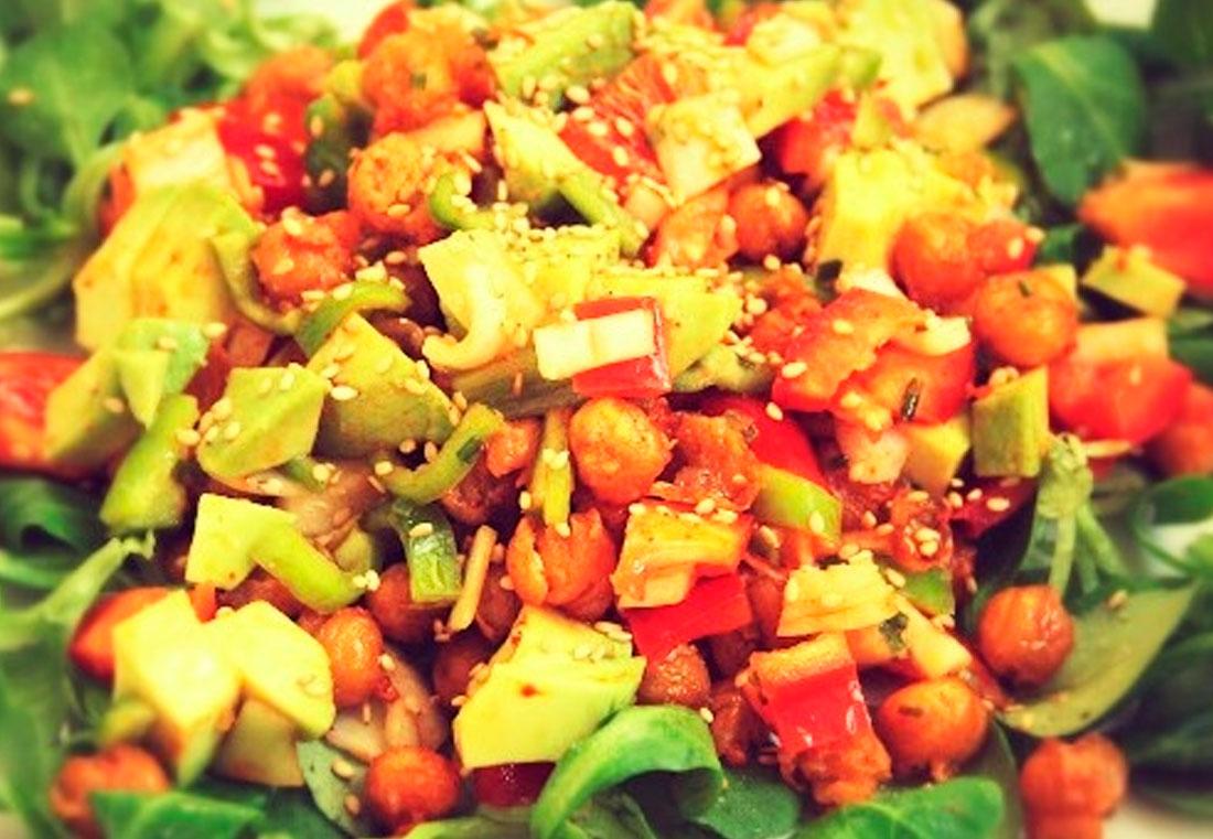 Ensalada de garbanzos, aguacate y sésamo - nutricionista vegano madrid